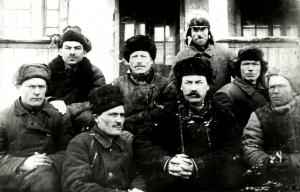 Бригада плотников первостроителей прибыли из Вятки в 1931 году бригадир Емельян Семенович Симаев