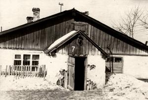 Жилые бараки для эвакуированных из г.Донецка. Постройки 1932 года. Жилая площадь 305 м2, число проживающих 74 человека
