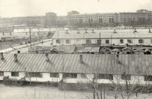 Бараки просуществовали до 70-х годов Вид с бараков на многоэтажные дома КБС (ул.Строителей)